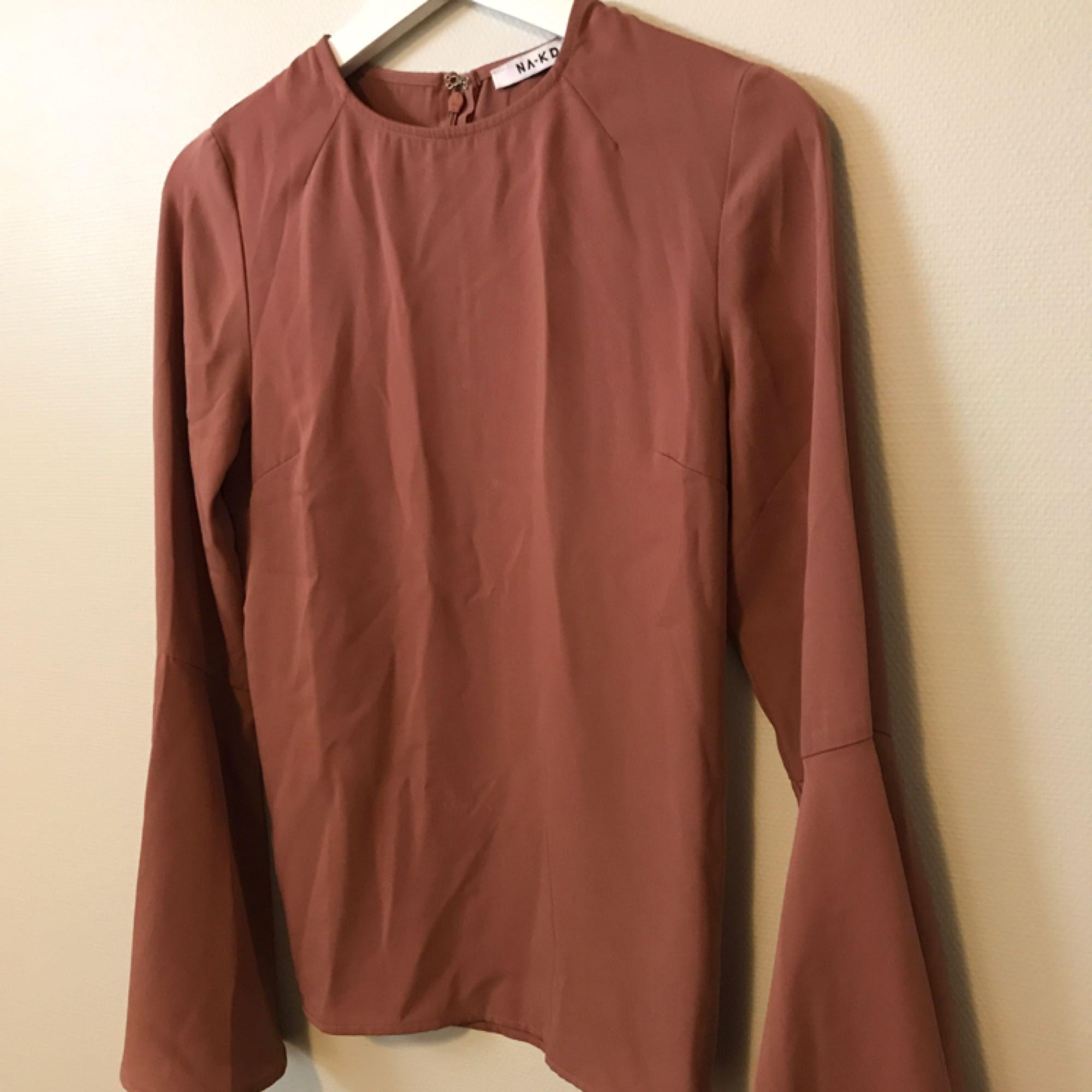 outlet store 1f090 fa019 Romantisk gammelrosa blus från NA-KD med utsvängda armar. Knappt använd.