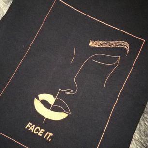 Vi på Face It Uf erbjuder unikt tryck på 100% cotton material.  Våra t-shirts är unisex och är i färgen svart och orange. Skriv om du är intresserad av en annan storlek. ;)