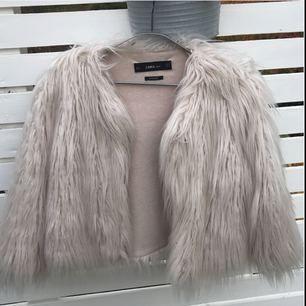Supersnygg & häftig pälsjacka (fakepäls såklart!) i beige.  Använd 1 gång. Köpt på Zara för 800kr.   Obs! Jackan är ljusare än den ser ut på bild. Bilder ger den ej rättvisa. Kan försöka ta bättre bilder vid intresse ⭐️