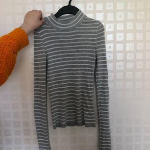 Polo tröja från Gina tricot. Fint skick. Kan mötas upp i Jönköping annars delar vi på eventuell frakt