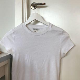Ribbad vit t shirt från monki, köpt i vintras. Kan mötas upp annars står köparen för frakten som kommer ligga på 40kr💕