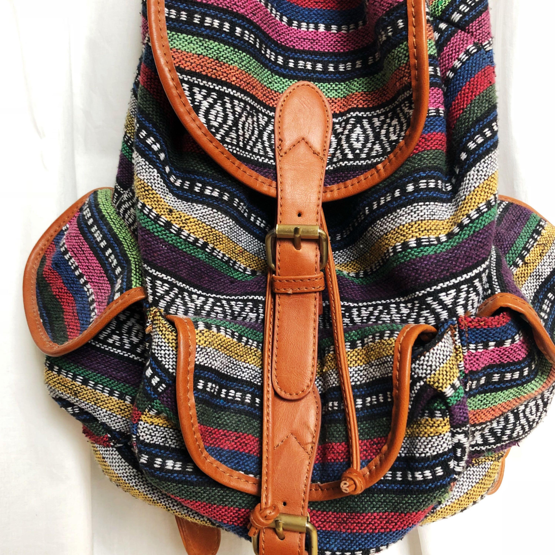 799fa35df70 Rygsæk med aztec mønster, som nyt. Bredde: 30. Længde: 38.