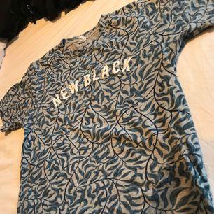 🖤 New black 🖤 skit cool och snygg tröja från new black! Använder tyvärr aldrig så den behöver en ny ägare!