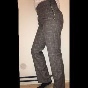 Helt Oandvända trendiga rutiga kostymbyxor med vida ben som ser ut att vara från typ zara, sjukt coola men inte riktigt min stil, köparen står för frakten