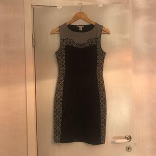Svart/grå fodralklänning, sparsamt använd. Stl S.   Hämtas i Uppsala eller Sthlm eller skickas mot fraktkostnad.