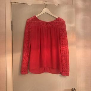 Rosa (cerise) tunika med spetsärmar, lite transparent. Fint skick. Stl S.  Hämtas i Uppsala eller Sthlm eller skickas mot fraktkostnad.