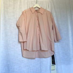 """Oanvänd med tag kvar Från Weekday, modell """"fresh shirt"""" 100% bomull Passar xs-s"""