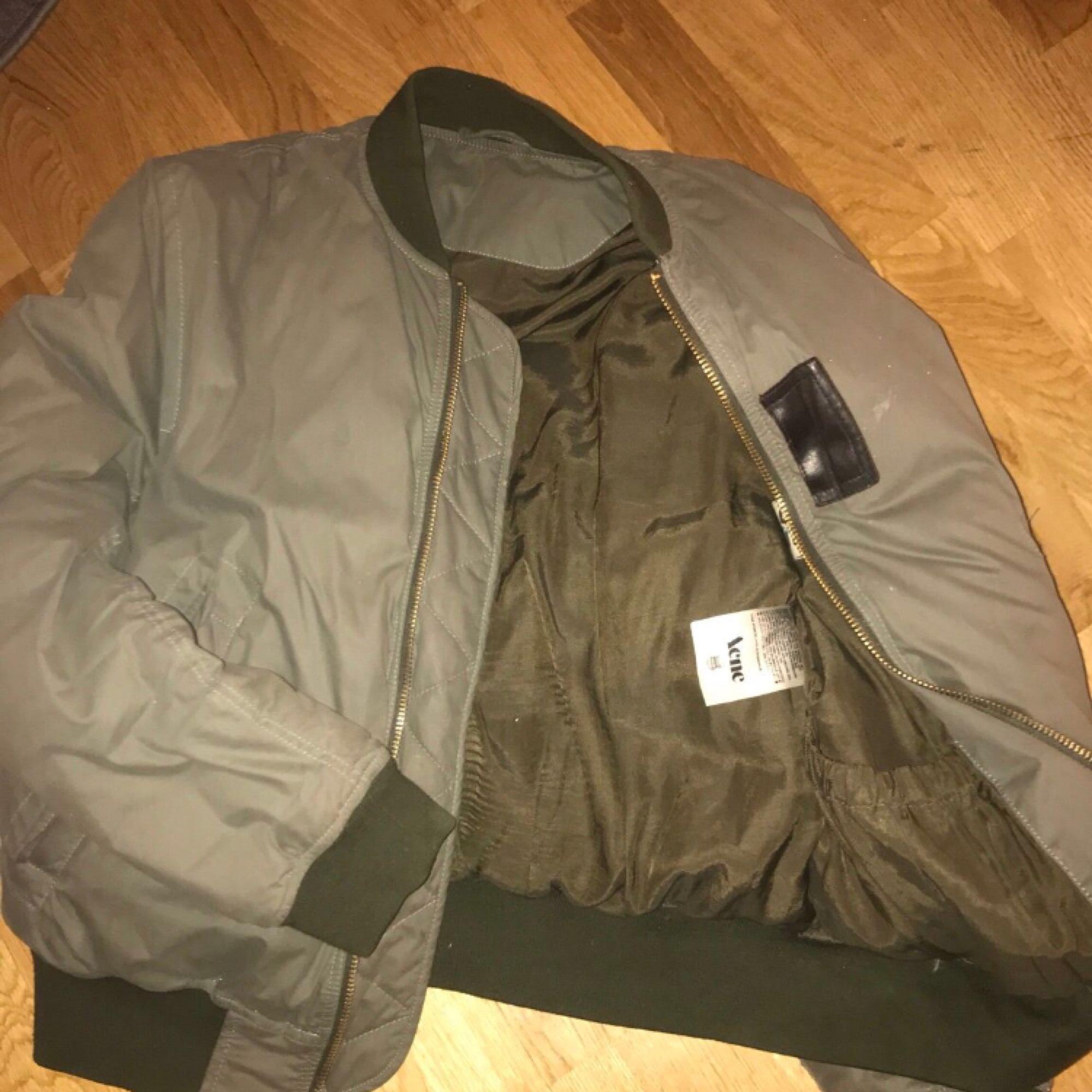 Säljer Bombar jacka från Acne Studios Färg: Grön Nypris: 4500kr. Jackor.