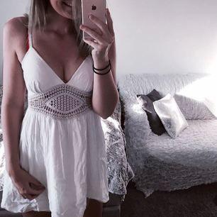 Superfin vit klänning med brodyr under brösten, endast använd 1 gång pga lite för kort på mig! Frakt 18kr