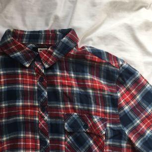 Blåröd skjorta. Jätte fint skick och mysig. Skjortan passar även M. Frakten ingår i priset❣️ Kan samfrakta så kolla gärna in mina andra annonser❣️