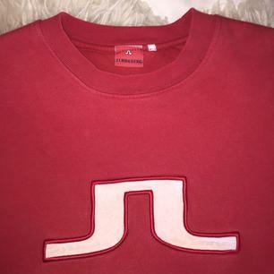 Skiiitfin och mysig tröja från J lindeberg, väldigt mjuk inuti så den är väldigt gosig!! Går att knyta upp och styla upp eller bara ha som världens snyggaste goströja!! Kan fraktas om köparen betalar 💕💕