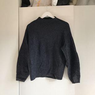 Glittrig tröja från H&M, sparsamt använd. Frakt tillkommer.