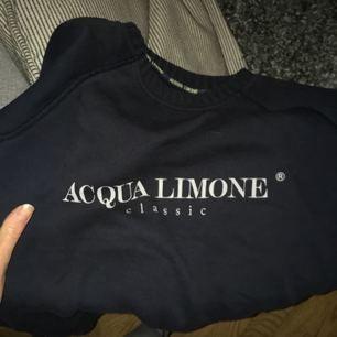En äkta Acqua Limone, supersnygg och superskönt! Sparsamt använd och i jättefint skick ✨  Nypris 899:-