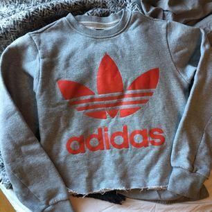 Snygg croppad adidas sweatshirt med röd logga på fram och baksidan!🕊