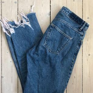 Riktigt snygga byxor från HM som är sparsamt använda! Originalpris 600kr. Säljer då de blivit för stora för mig! Frakt är inräknat i priset!