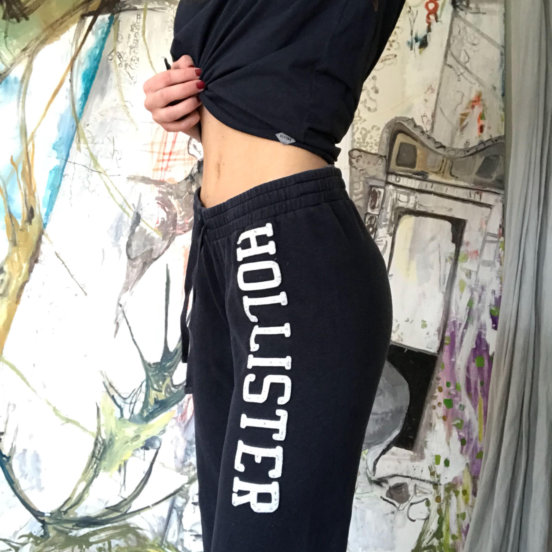 Ett par mjukis byxor som är marinblå från hollister! Dem är använda men inte alls farligt mycket och är i jättefint skick! . Jeans & Byxor.