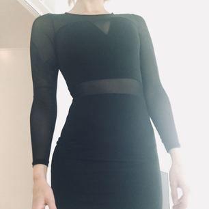 Svart klänning med mesh detaljer använd 1 gång. Storlek 36-38.