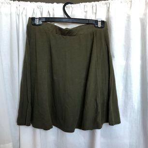 Khakigrön kjol från Bik Bok. Använd ett fåtal gånger. Frakt tillkommer, kan mötas upp i Göteborg.