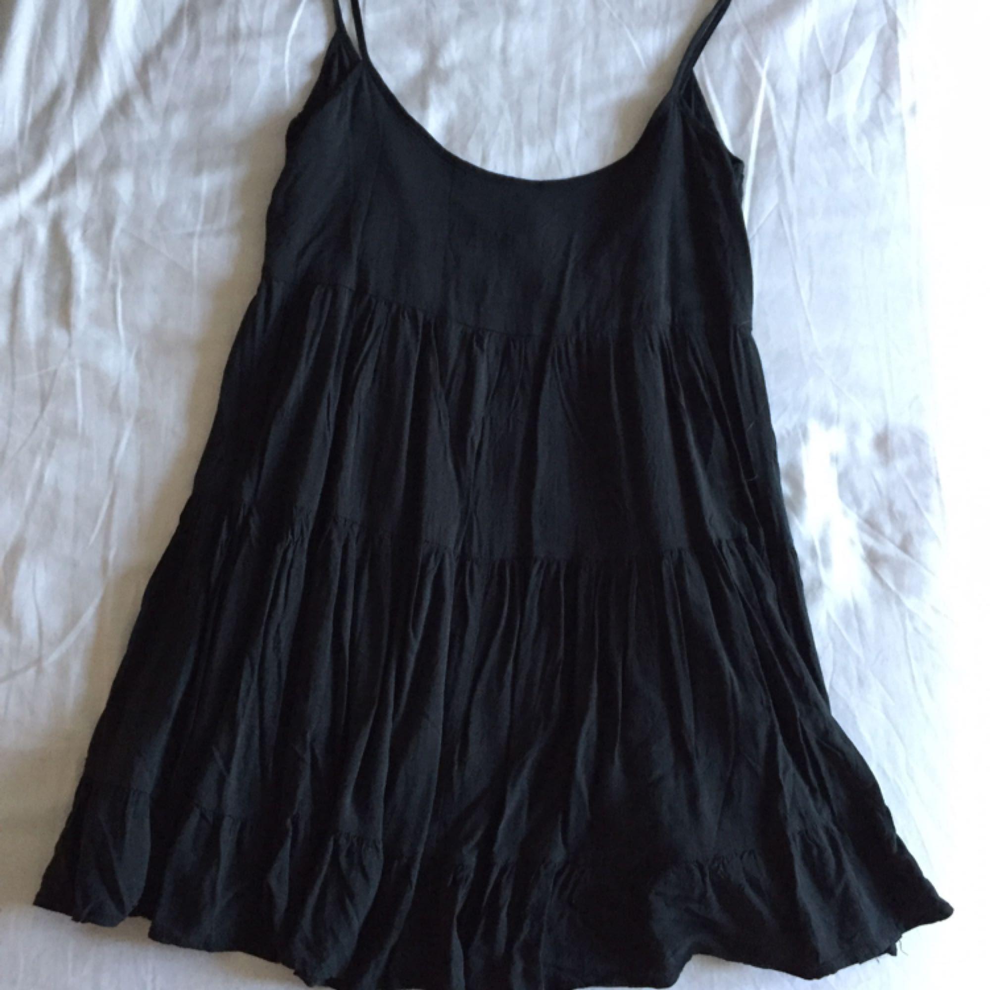 9531a3023bdf ... Mörkgrön/svart klänning med vacker djupare rygg, kort löst utsvängd  nedtill med smala axelband ...