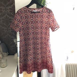 Bohemisk klänning från Glamorous, använd en gång. Fint, luftigt material, ej stretch. Frakt tillkommer, kan mötas upp i Göteborg.