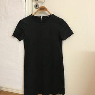 Superfin enkel svart klänning i mocka-imitation från Zara, använd fåtal gånger och är därför i väldigt bra skick :) köparen står för frakten!