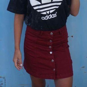 Jätte snygg röd kjol med silver knappar från Gina tricot som tyvärr blivit för liten! Använd några gånger men i väldigt bra skick, passar XS! Köparen står för frakt. 😄🌸