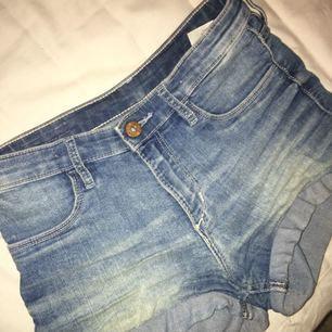 Väldigt stretchiga shorts från h&m! Dom har tyvärr blivit för korta för mig men annars sitter dom bra. Bara att skriva för fler bilder. Köparen står för frakt!Sitter som xs ✨
