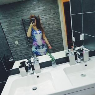 En färgglad fin klänning som endast är använd en gång. 🌸
