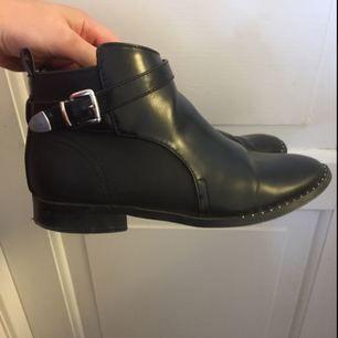 Låga boots i bra skick med dragkedja på insidan och små nitar på framsidan