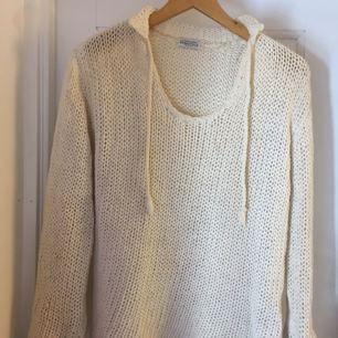 Beige stickad tröja från Hunkydory. Storleken är L men jag som är en M kan ha den.