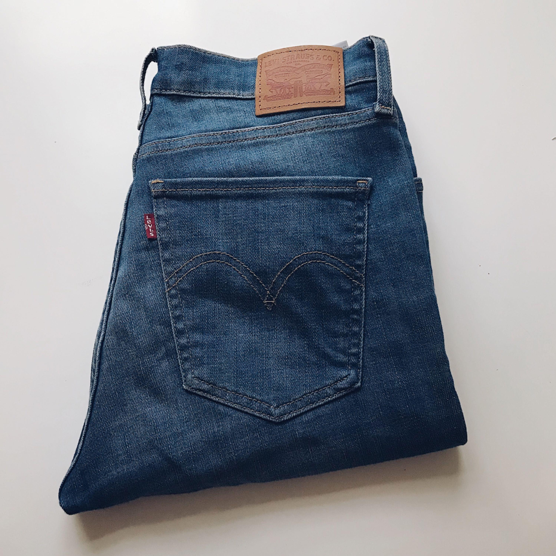 Smala jeans från Levis, säljes pga att de ej används. . Jeans & Byxor.