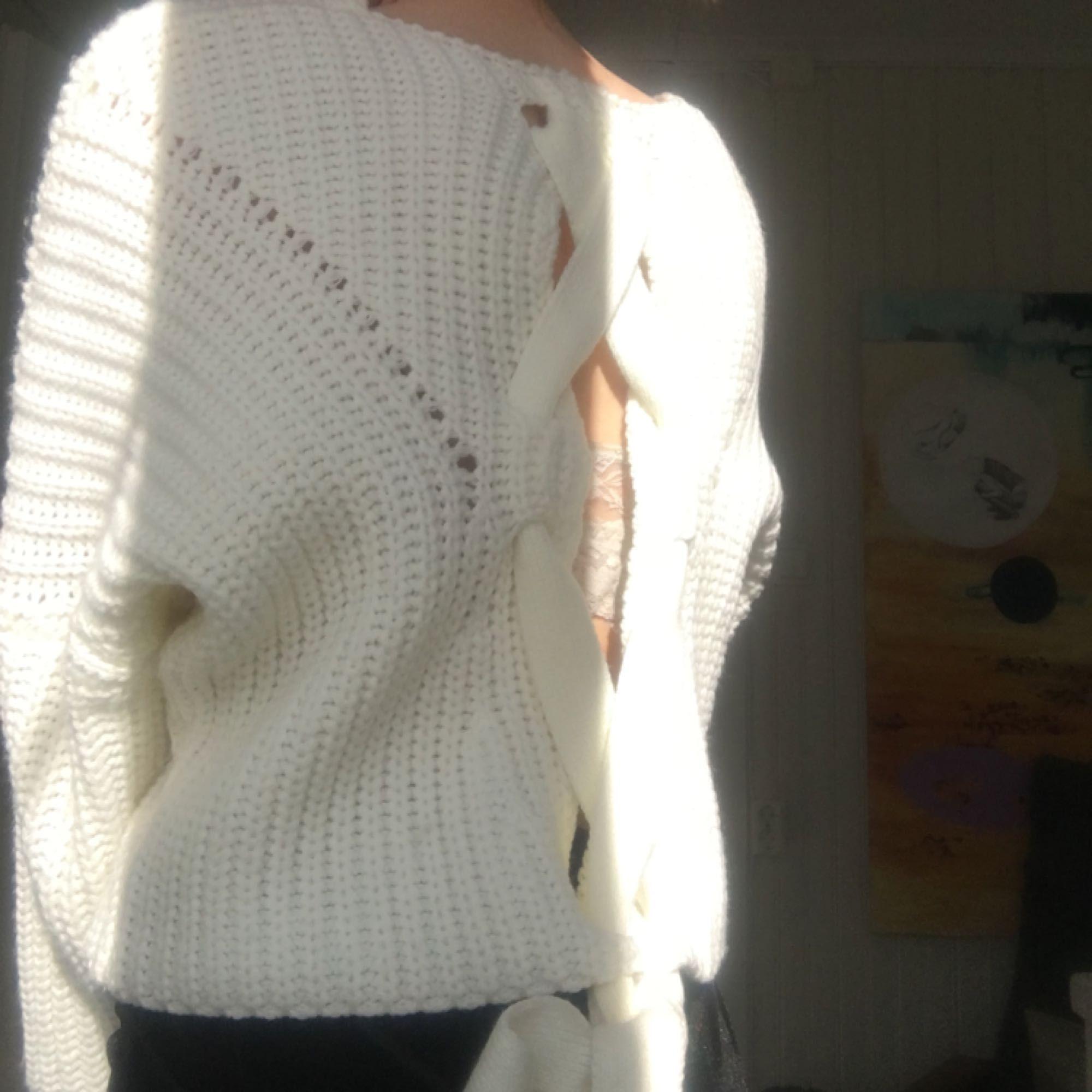 Stickad tröja från Nelly, storlek 34. Bra skick, förutom lite brunkräm på insidan, men inget som syns. Knappt använd. Nypris 300, köpare står för frakt.. Tröjor & Koftor.