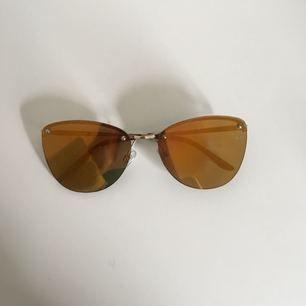 """Coola """"speglande"""" solbrillor från Urban Outfitters. Skiftar lite i orange-grönt."""