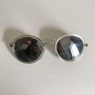 Speglande solglasögon köpta i USA för några somrar sen, lite repiga därav priset.