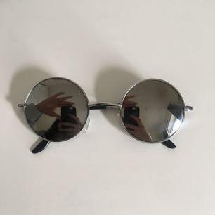 Små runda solglasögon från Beyond retro, rätt fint skick!