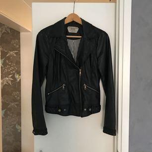 Skinnjacka från Zara med dragkedja. Väl använd. Kan träffas i sthlm/Täby/SU elr så får köpare stå för frakten