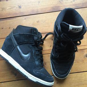 Nike sneakers i mocka med upphöjd klack i hälen. Välanvända men i gott skick. Säljes pga används för sällan. Köparen står för frakt✨
