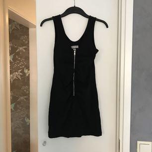 Svart linne med dragkedja, tight modell. Kan träffas i sthlm/Täby/SU elr så får köpare stå för frakten :)