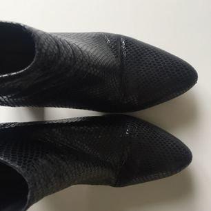 Klack skor från Zara med ormskinnsmönster och zip baktill som gör att skon sitter på foten. Köparen står för frakt✨