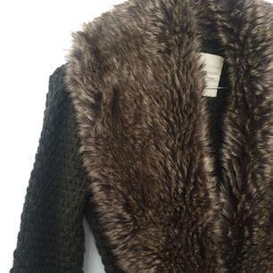 Stickad tröja med fuskpäls, fickor samt skärp från Zara i mörkgrön. Köparen står för frakt✨