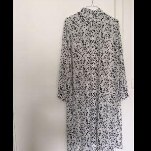 Lång skjorta med slitsar i sidorna från Gina Tricot. Köparen står för frakt✨