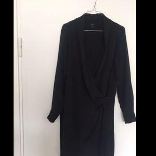 Blus med transparenta armar och fint fall från Lindex. Kan användas både till jeans och som klänning. Köparen står för frakten✨