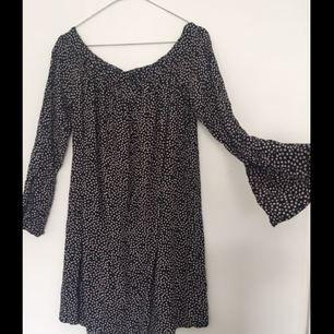 Offshoulder klänning med a-form från H&M. Köparen står för frakt✨