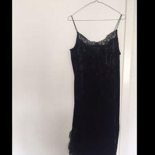 Sammetsklänning med spetsdetaljer från H&M. Köparen står för frakten✨