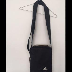 Adidas väska med reglerbart band. Köparen står för frakten✨