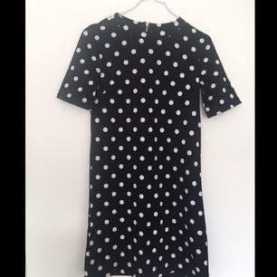 Prickig klänning i A-form från H&M. Köparen står för frakten✨