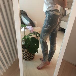 Byxor med spacemönster bak och fram! Gråa jeans, i stretchigt material. Precis lagom längd på mig som är ca 170 cm lång. W: 25. L: 30.