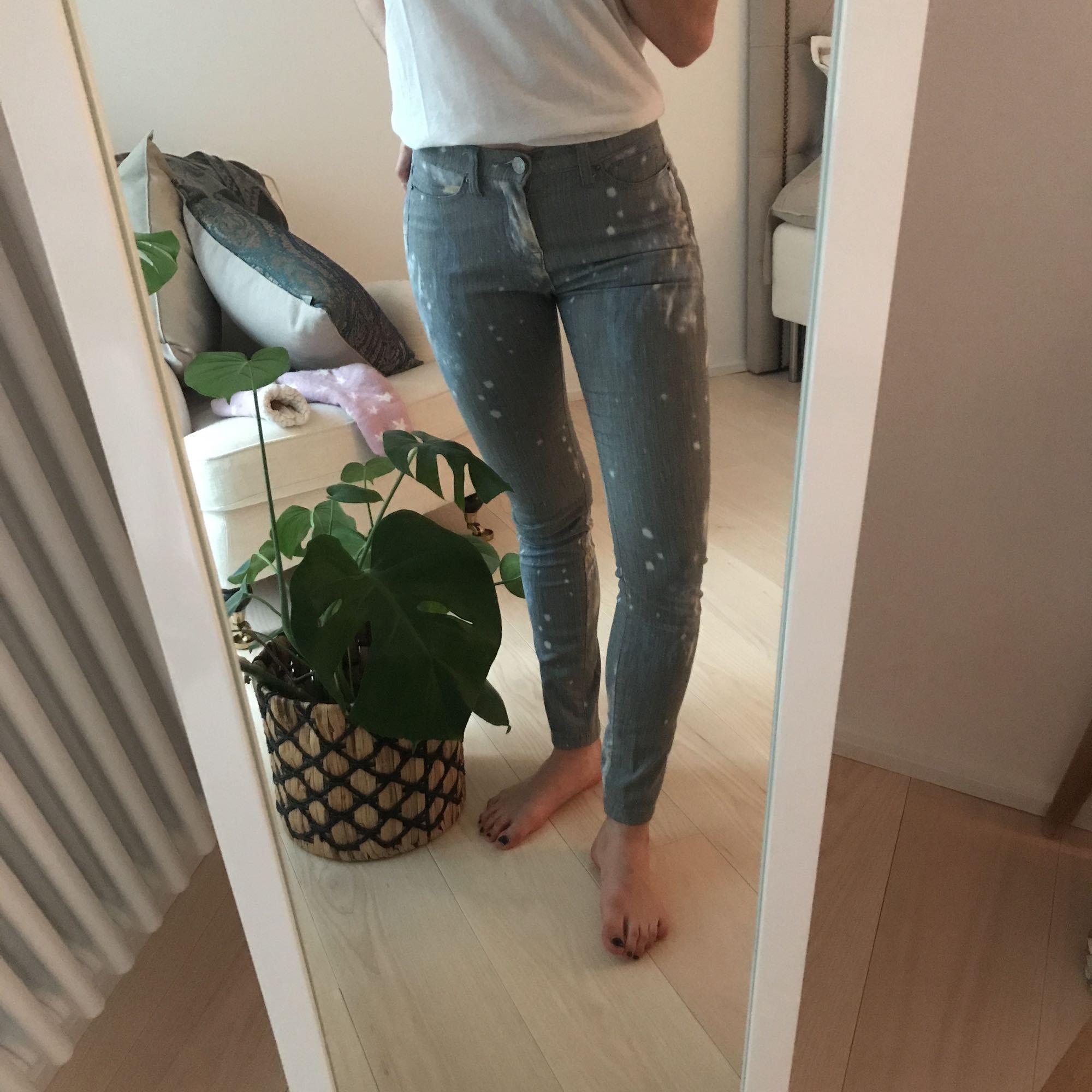 Byxor med spacemönster bak och fram! Gråa jeans, i stretchigt material. Precis lagom längd på mig som är ca 170 cm lång. W: 25. L: 30. . Jeans & Byxor.