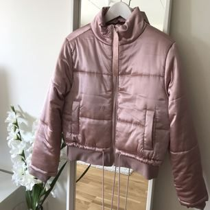 Super snygg rosa glansig bombar jacka från Bikbok. Använd endast en gång. Köpt för 500kr och säljer för 300kr. Frakt tillkommer om den behöver skickas.