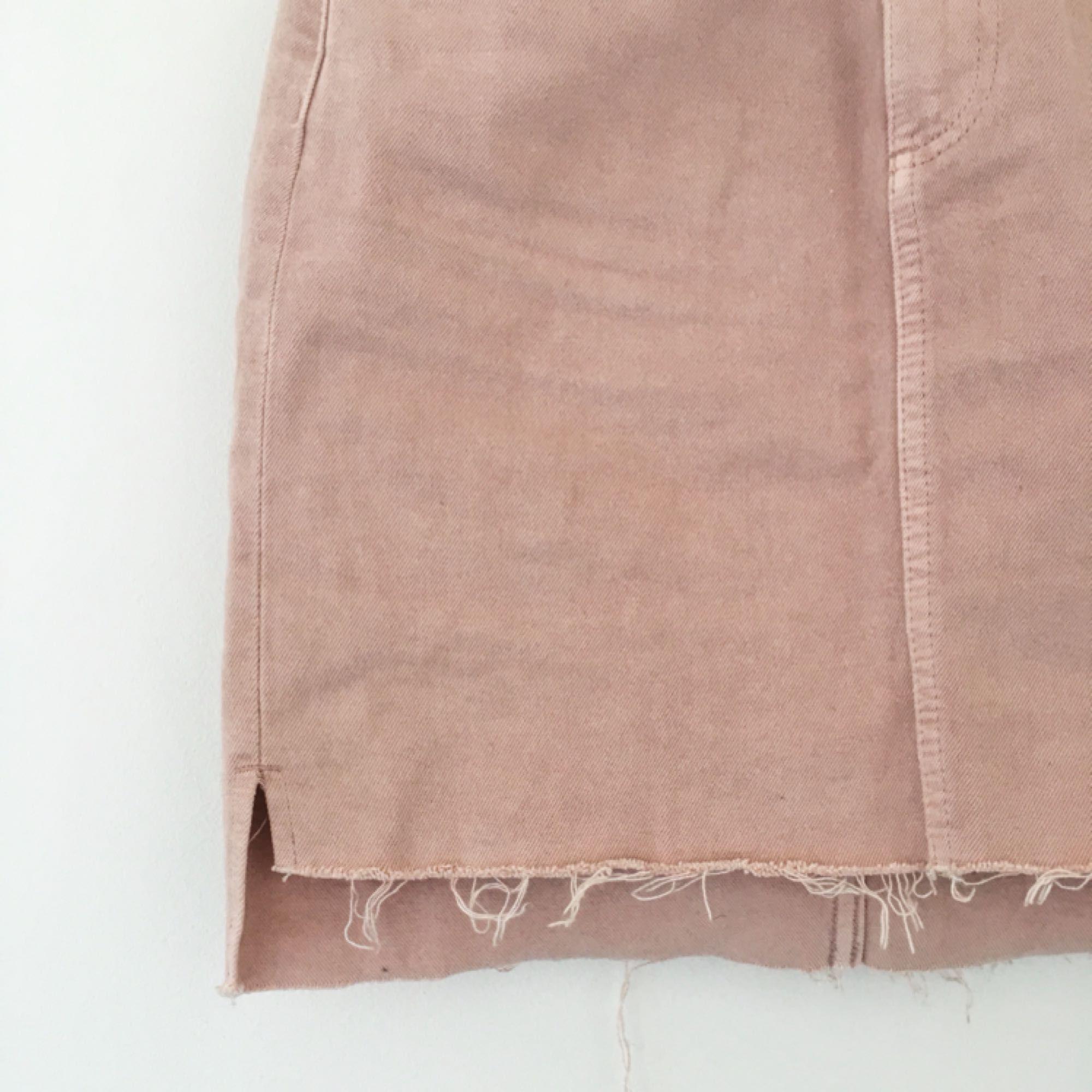 Gammelrosa jeanskjol från H&M. Köpt på plick men tyvärr för liten för mig. Så himla vårig och fin, är så ledsen att behöva sälja den. Köparen står för frakten 🌸. Kjolar.